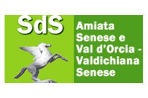 """Logo Società della Salute Valdichiana Senese, composto da due riquadri affiancati, il primo verde chiaro con la scritta SdS e un cavallo alato, e il secondo verde più scuro con la scritta """"Amiata Senese e Val d'Orcia - Valdichiana Senese"""""""