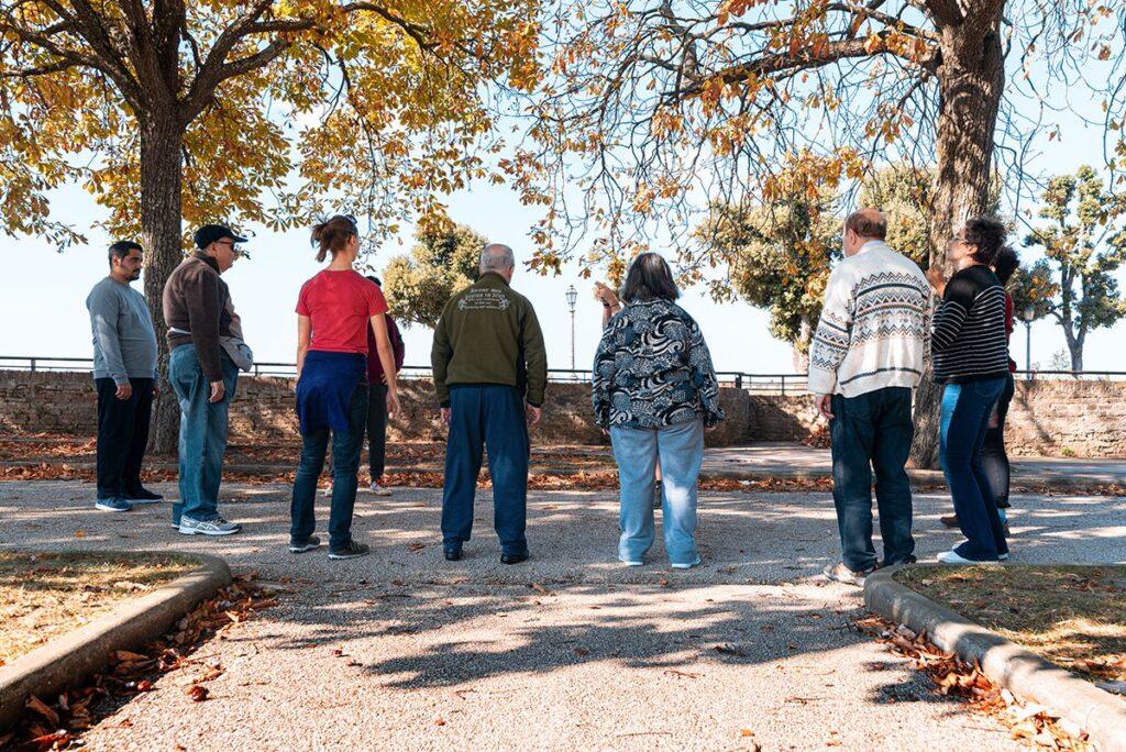 Gruppo di persone stanno in piedi in cerchio